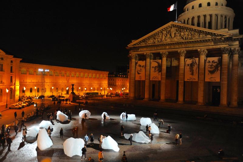 """Olafur Eliasson, """"Ice Watch"""" sur la place du Panthéon à Paris (2015)."""