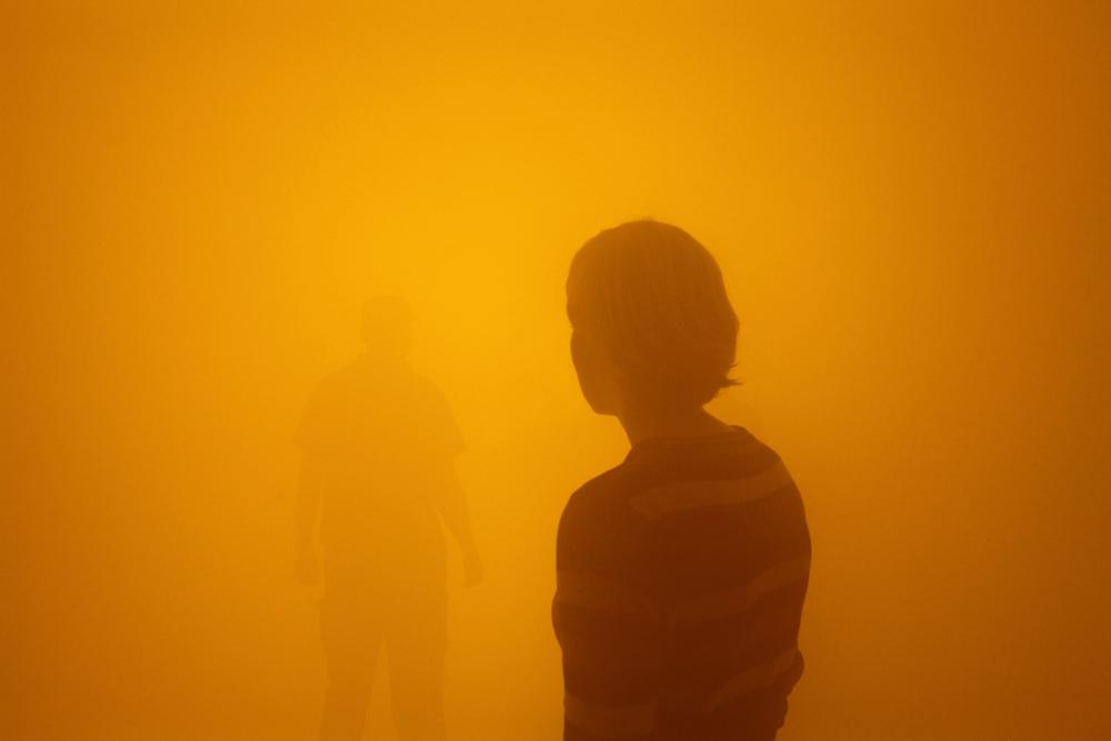 """Olafur Eliasson, """"Din blinde passager"""" [""""Votre passager aveugle""""] (2010), Lampes fluorescentes, lampes à induction, machine à fumée, ventilateur, bois, aluminium, métal, tissu, feuille en plastique, dimensions variables. Courtesy de l'artiste, neugerriemschneider, Berlin, Tanya Bonakdar Gallery, New York/Los Angeles / © 2010 Olafur Eliasson / Photo : Thilo Frank / Studio Olafur Eliasson"""