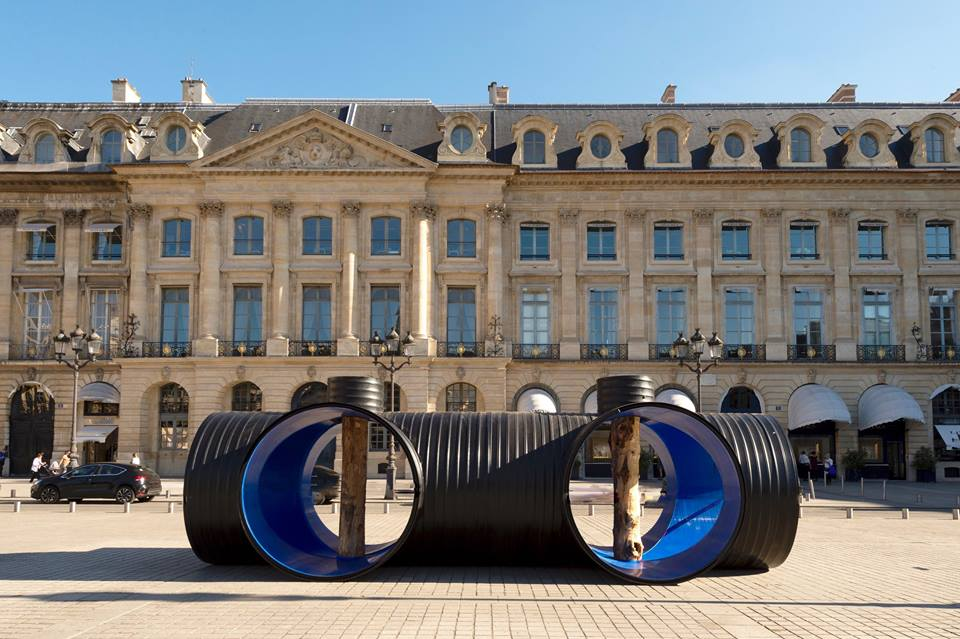 L'installation d'Oscar Tuazon place Vendôme. © Marc Domage