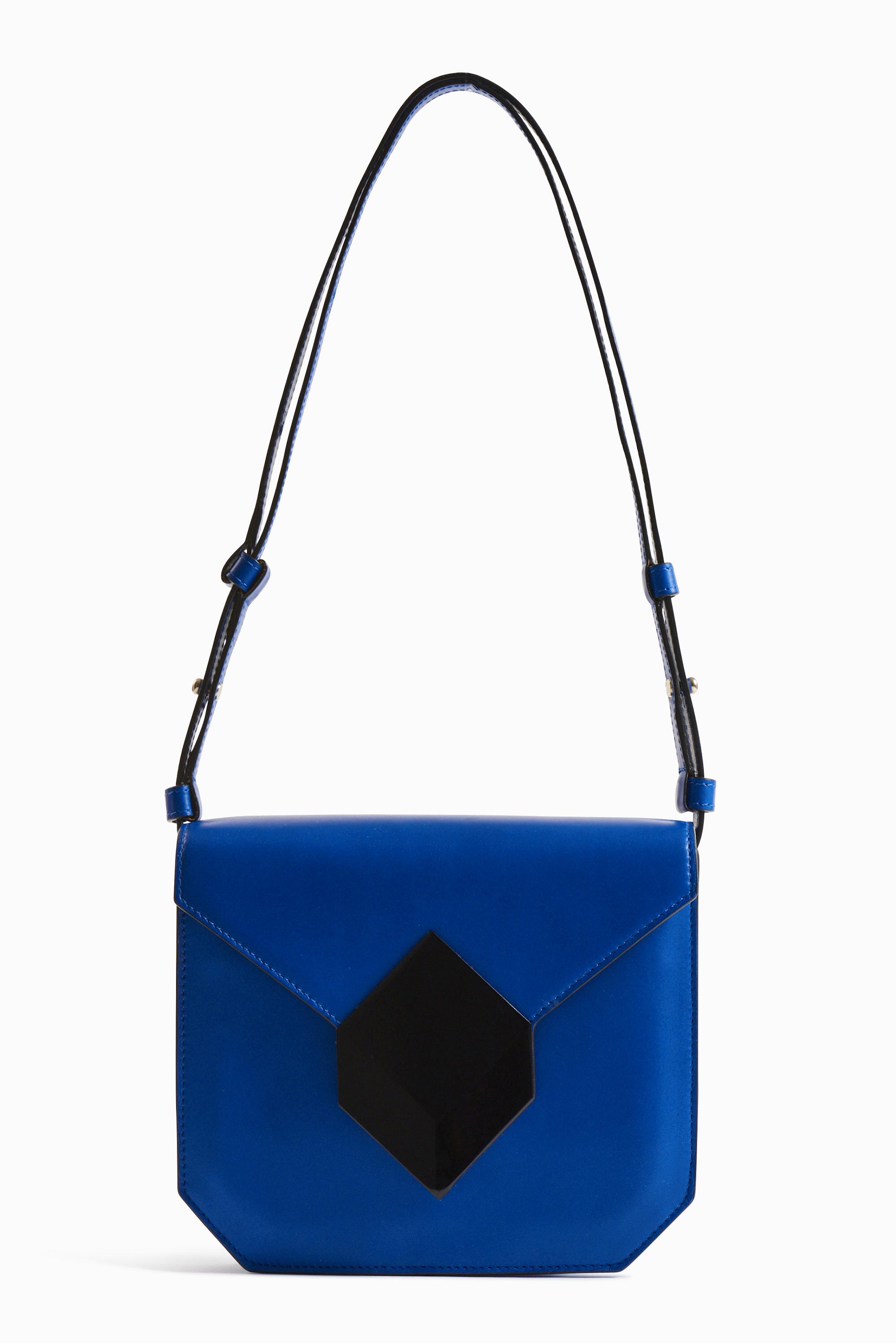 "Sac ""Prism"" en cuir bleu avec rabat fermoir Cube Perspective en métal noir, PIERRE HARDY."