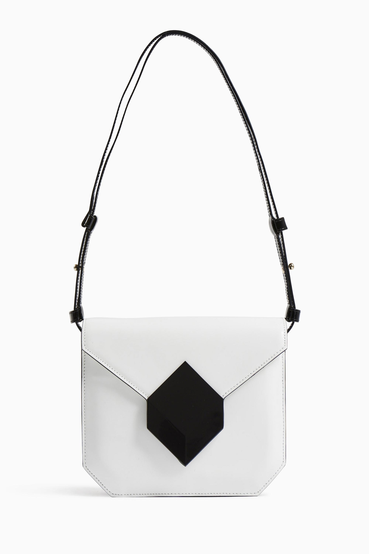 "Sac ""Prism"" en cuir vernis blanc avec rabat fermoir Cube Perspective en métal, PIERRE HARDY."
