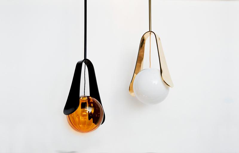 """Suspension """"Élytre"""" (2018). Structure en laiton, abat-jour en verre soufflé. Design Emmanuel Levet Stenne, Galerie Carole Decombe."""