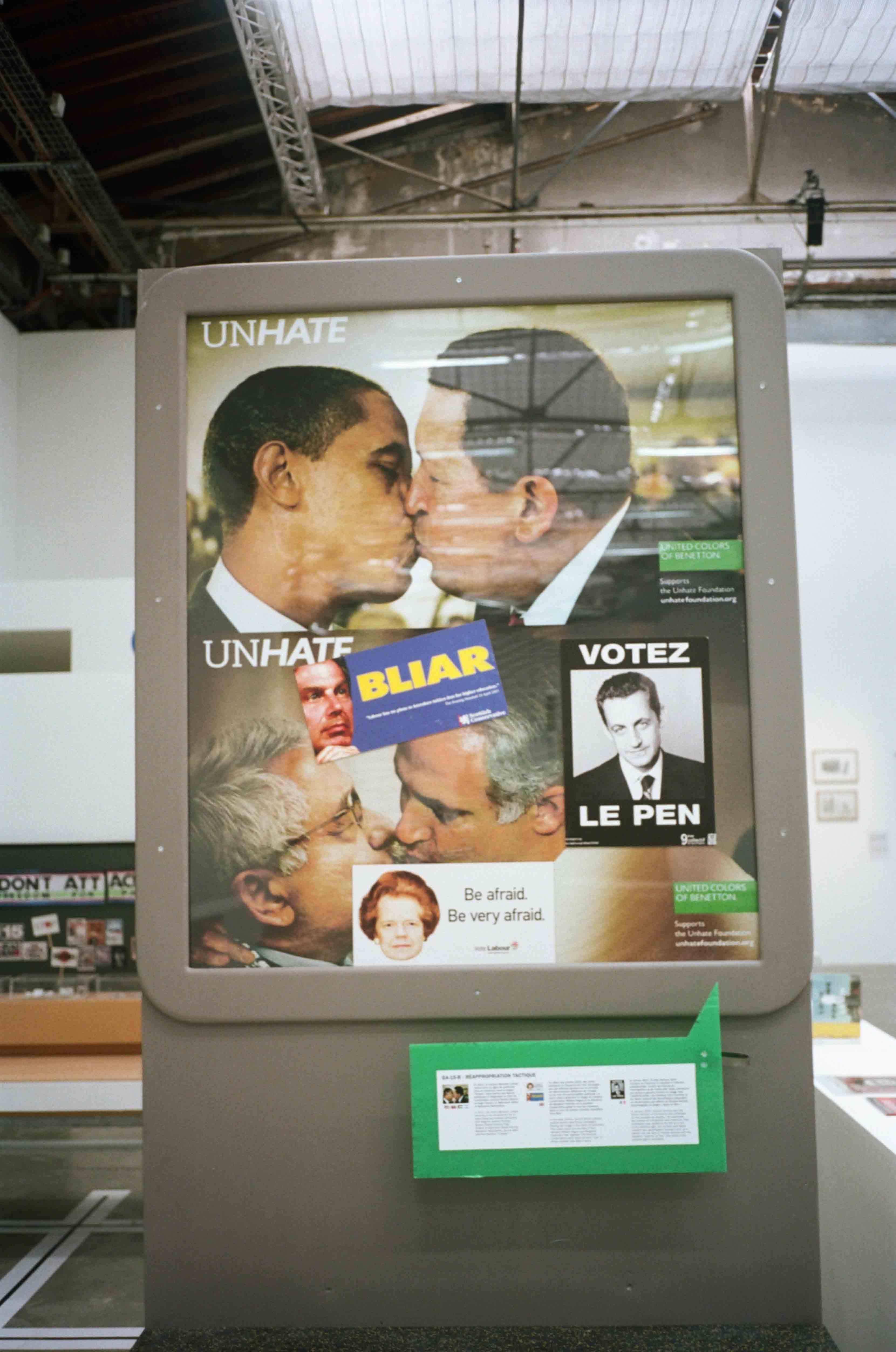 Vue de l'exposition L'Ennemi de mon ennemi de Neïl Beloufa au Palais de Tokyo rassemblant une imagerie hétéroclite, entre affiches politiques, peintures, vidéos, livres de propagande, etc. Photo par Pierre-Ange Carlotti.