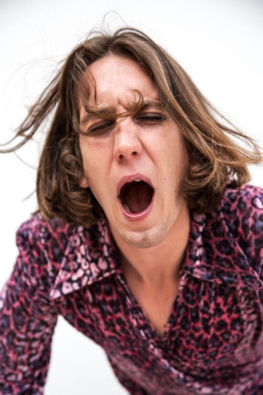 Patrick Hetherington, claviériste du groupe Parcels porte une chemise Neith Nyer.