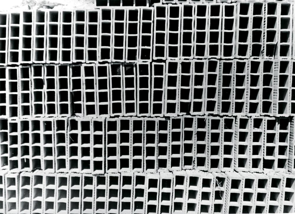 Catasta di mattoni forati (pile de briques creuses) [1965]. Tirage argentique sur papier, 24 x 32 cm.