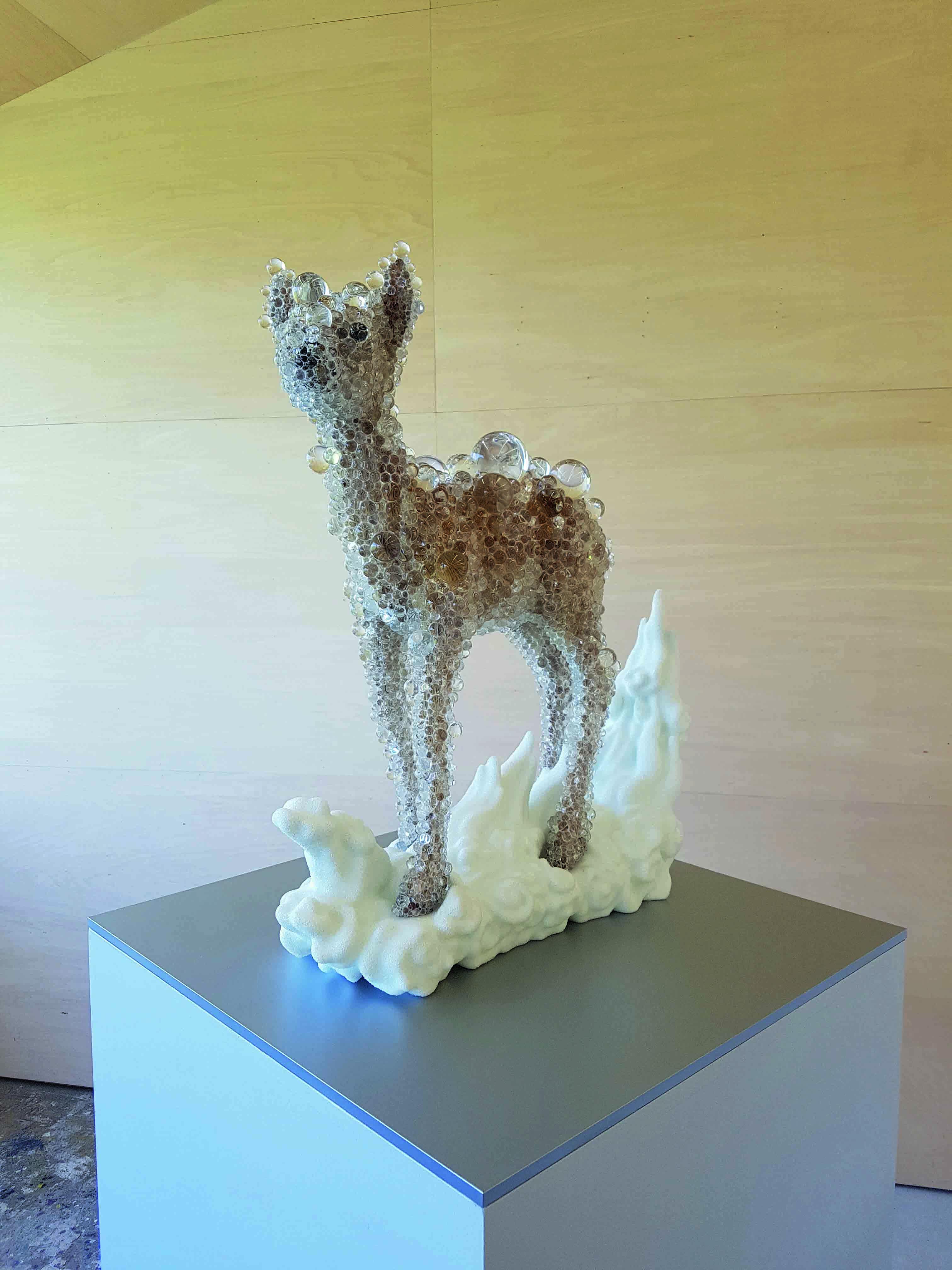 """Dans son atelier en périphérie de Kyoto, Kohei Nawa poursuit sa série """"PixCell"""", réalisée notamment à partir de cerfs empaillés, dont l'une des œuvres a été adjugée 250 000 euros en novembre 2017."""