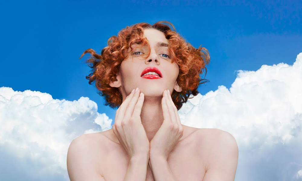 "SOPHIE, dans son clip ""It's Okay to Cry""."