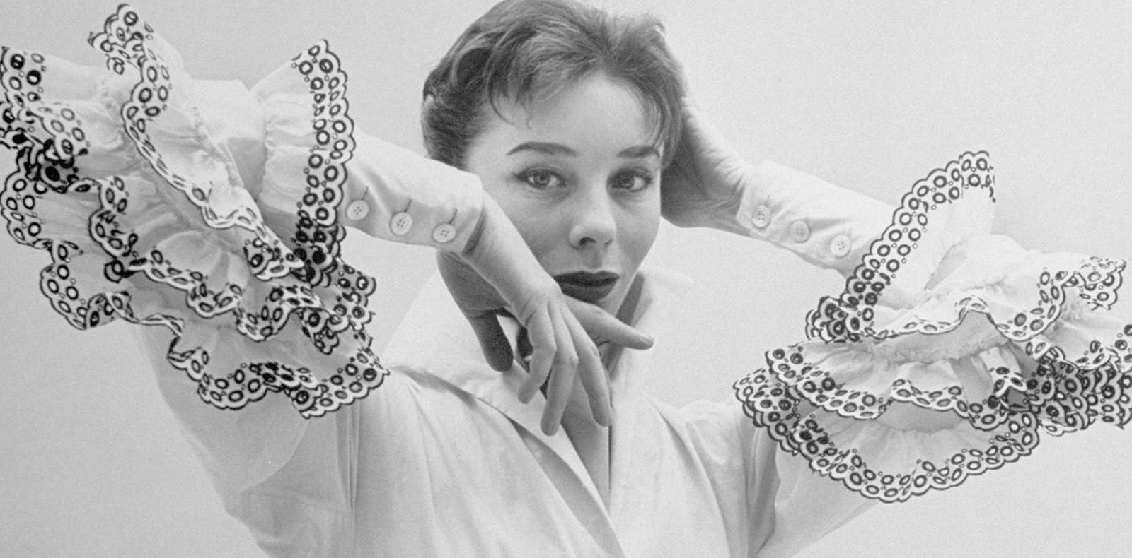 Bettina Graziani ouvre le premier défilé avec la célèbre « Blouse Bettina », Givenchy Archives.