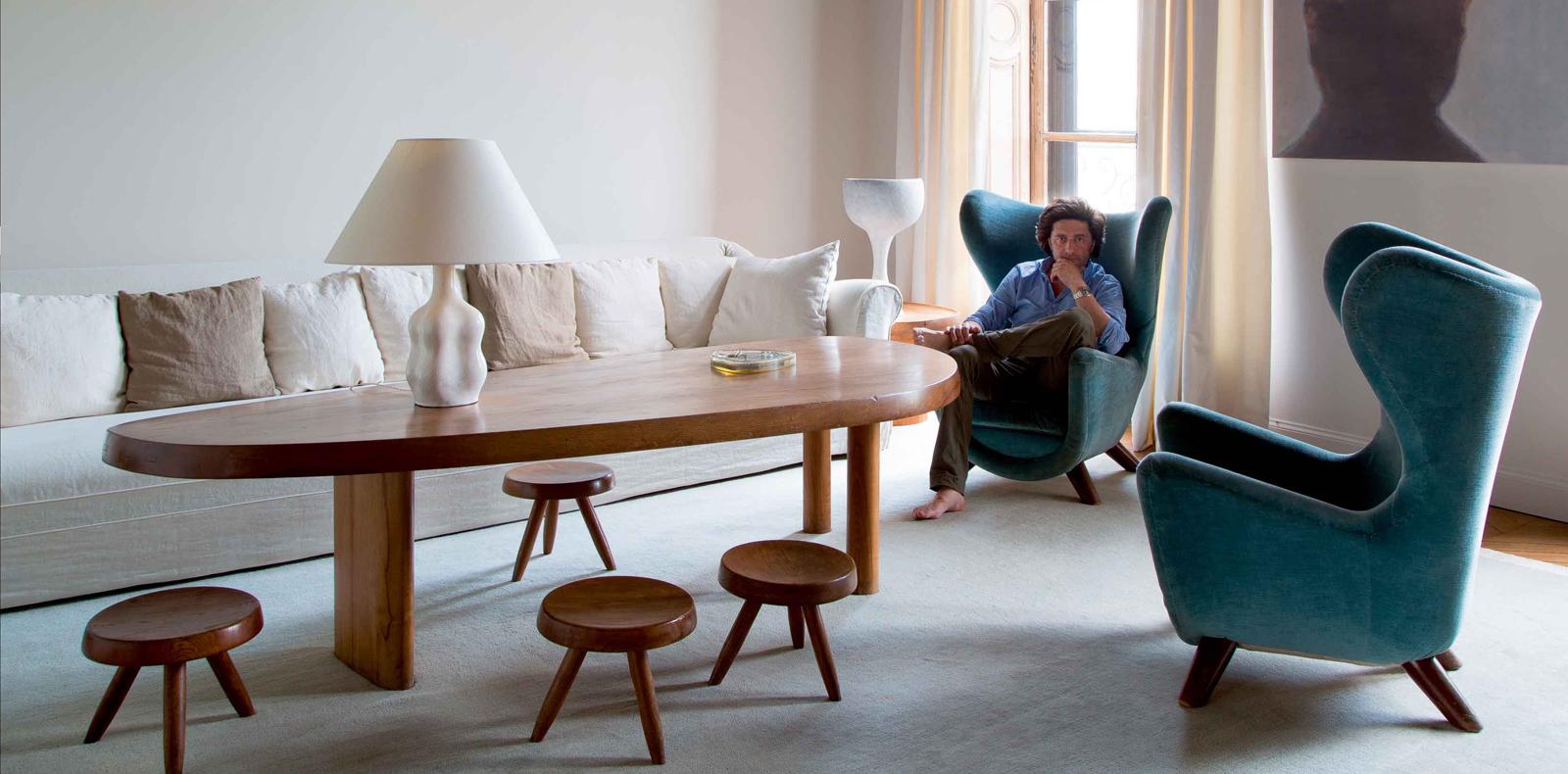 Paire de fauteuils eléphanteau (vers 1958), de Jean Royère. Table forme libre, de Charlotte Perriand. Sur la table, lampe en céramique, de Georges Jouve. Au second plan, lampe en céramique, d'André Borderie. Tableau de Luc Tuymans.