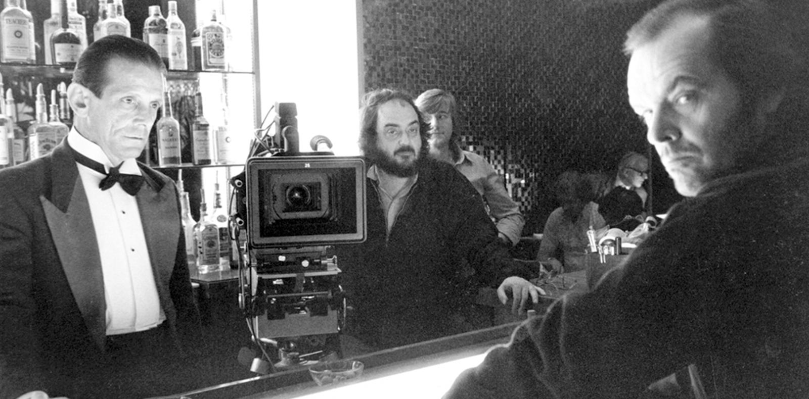 """Joe Turkel (à gauche), Stanley Kubrick (au centre) et Jack Nicholson (à droite) sur le tournage de """"The Shining""""."""