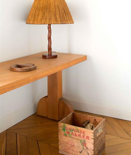 Console Sandhamm en pin (1929), d'Axel Einar Hjorth. Lampe en bois sculpté (vers 1950), d'Alexandre Noll, avec un abat-jour en paille d'origine. Au sol, sculpture, de Danh Vo, Your Mother Sucks Cocks in Hell (2015).