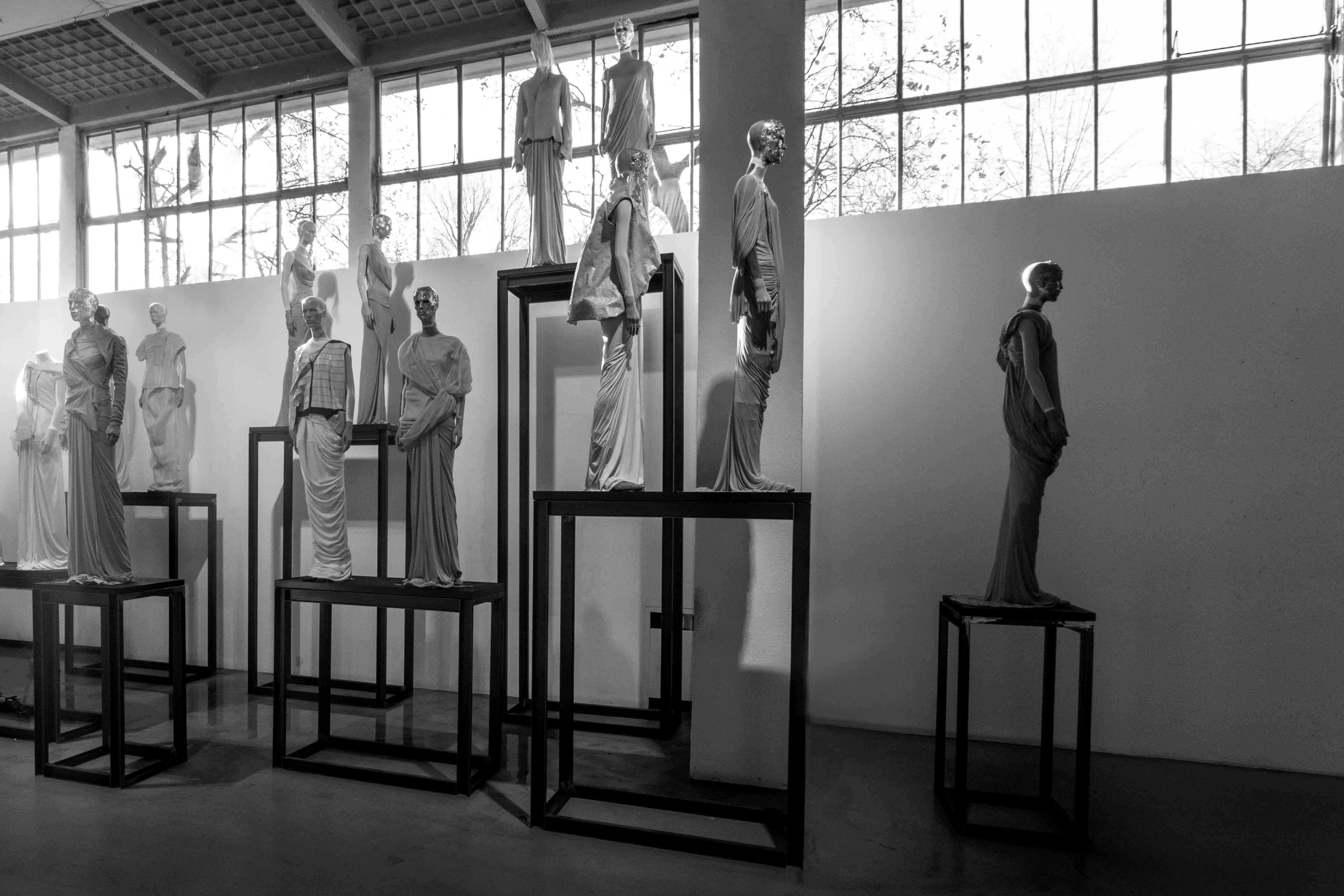 Vue de l'exposition Subhuman Inhuman Superhuman, photo : Owenscorp