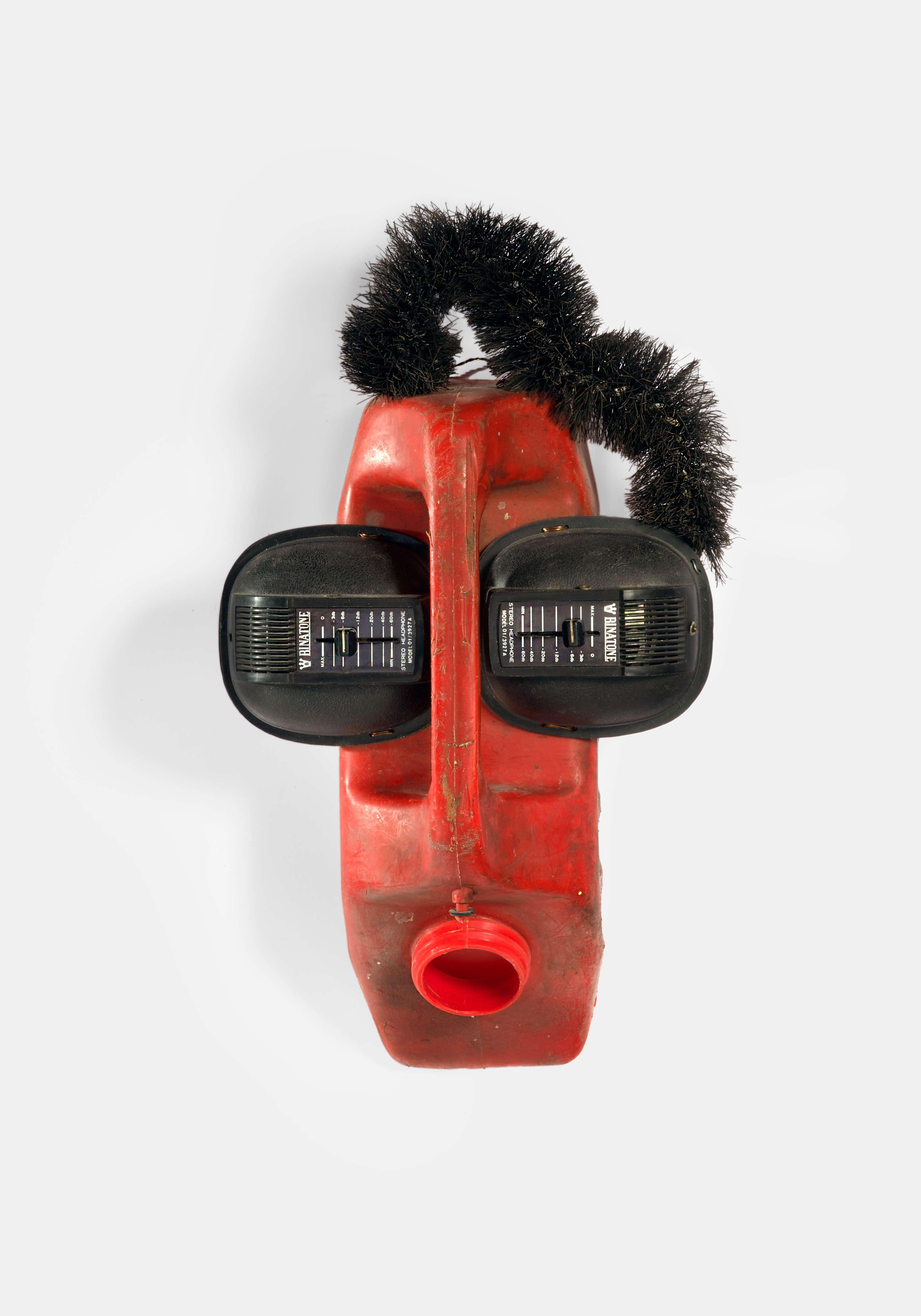"Romuald Hazoumé (1962, Bénin). ""Ear Splitting"", 1999. Bidon en plastique, brosse, hautparleurs, 42 x 22 x 16 cm Inv# BE/HA.058 © Romuald Hazoumé"