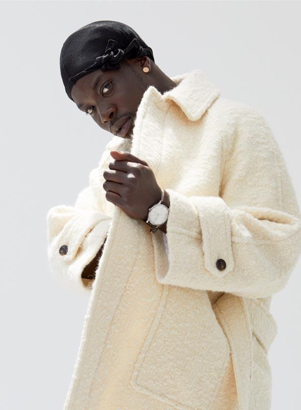 Manteau en laine, AMI. Do-rag et montre personnels.
