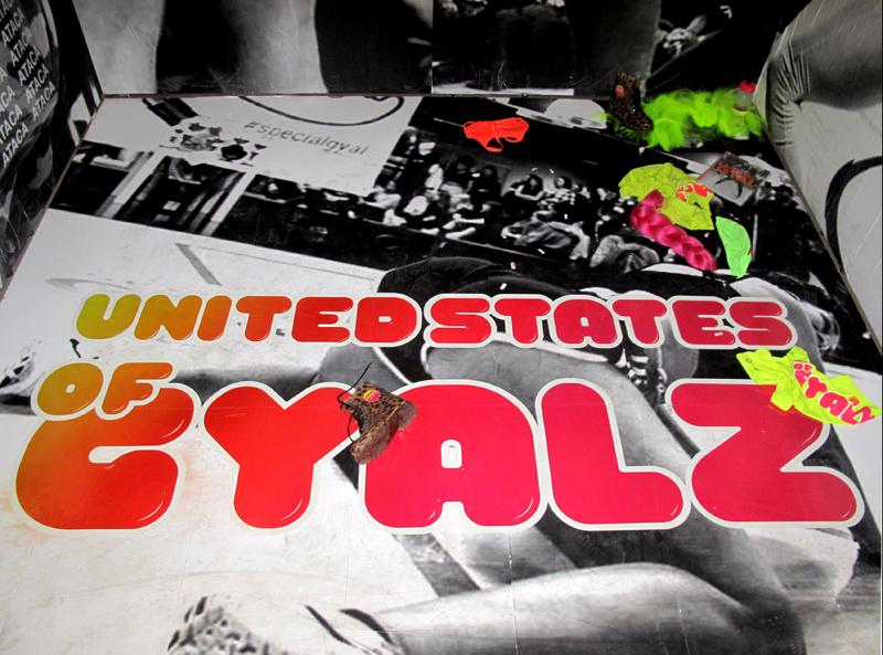 """Aïda Bruyère, """"United States of Gyalz"""" (2019), installation 9m3 au 64e Salon de Montrouge : vidéo (5min), Papiers Peints (Impression Laser, 3 murs de 9m2), Autocollant Sol (Impression Jet D'encre sur Papier Autocollant Mat / Vinyl), Vêtements, Ongles, Accessoires Imprimés. Photo : Aïda Bruyère."""
