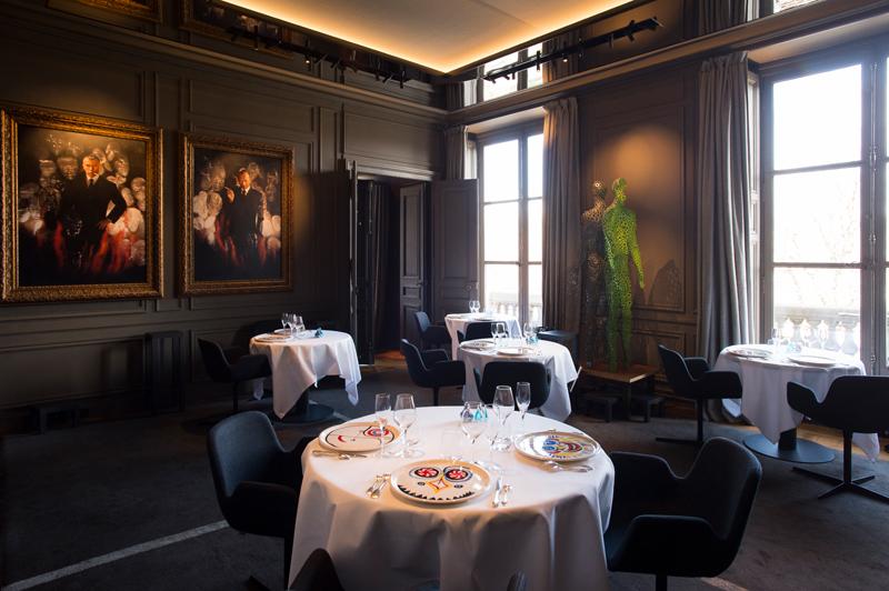 """Salon Bouquinistes, Restaurant Guy Savoy. À gauche : Autoportrait à la cigarette, Pierre et Gilles. À droite : """"L'homme cellulaire"""", Fabrice Hyber © Laurence Mouton"""