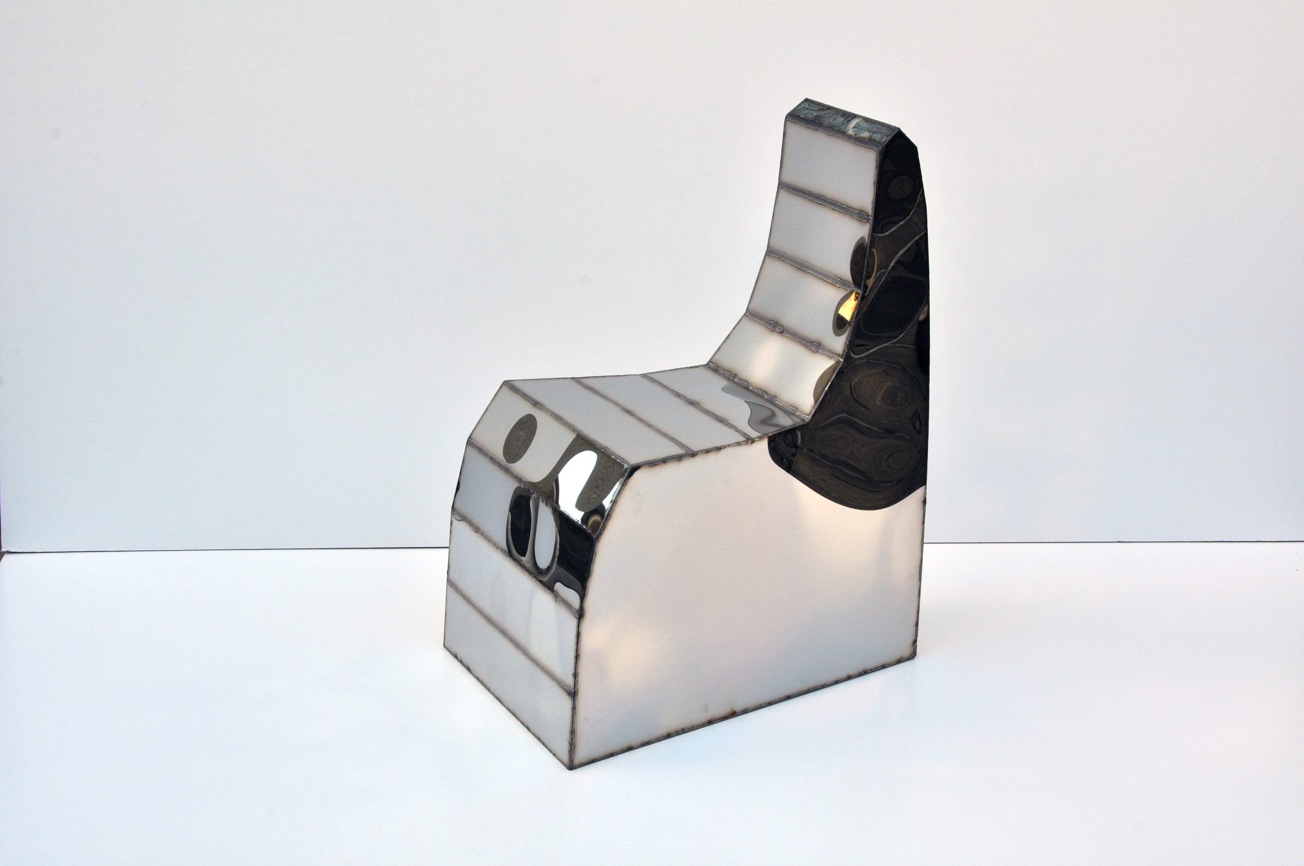 """""""Screenkiss Chair"""" (2017) de Julian Mayor. Acier soudé et finition miroir, 49 x 71 x 90 cm, édition de 10 ex. + 2 EA.   ©Galerie Armel Soyer"""