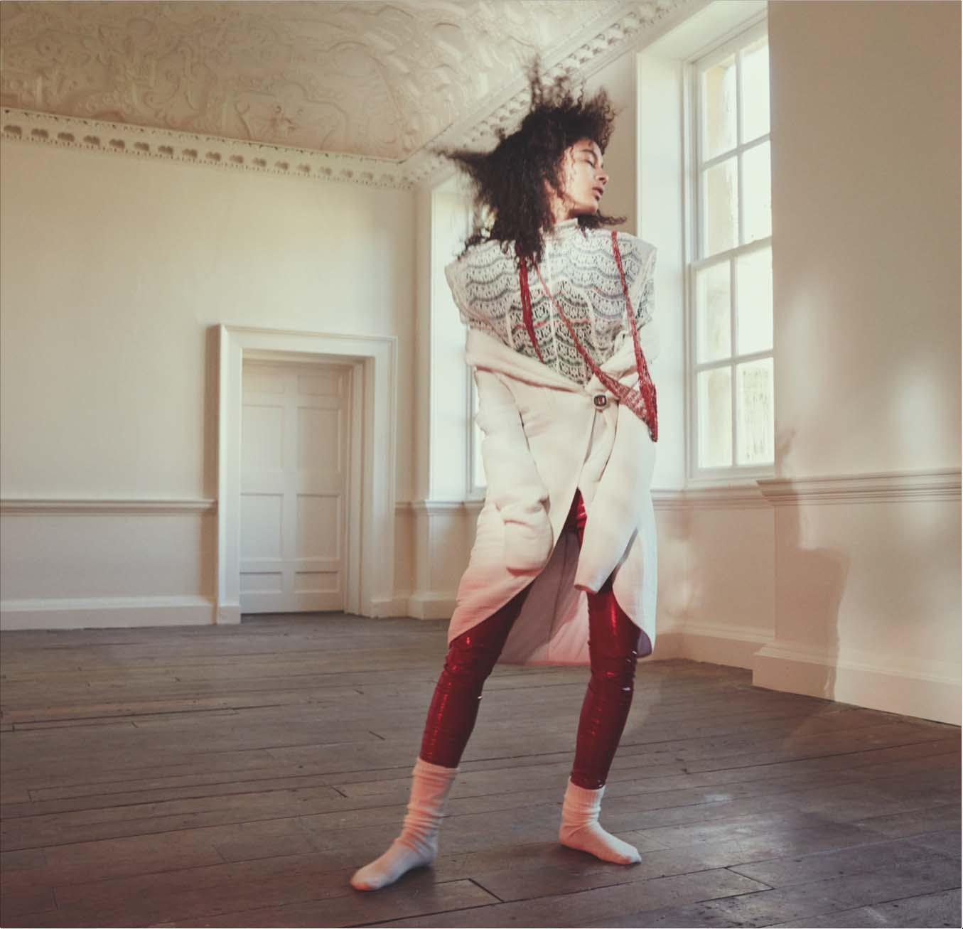 Manteau en lin et soie, GIORGIO ARMANI. Pantalon en vinyle, PINKO. Haut en dentelle de coton, JACQUEMUS. Chaussettes, FALKE. Collier drapé, ARIELLE DE PINTO.