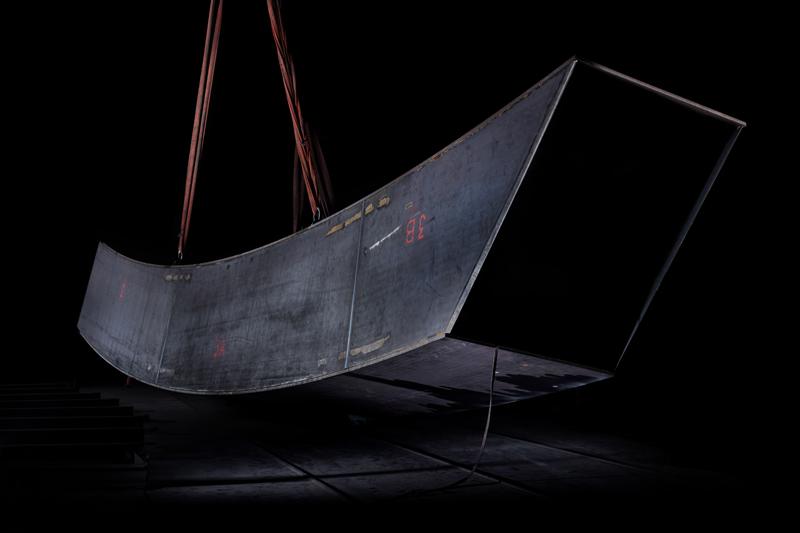 """""""Arc Majeur"""" dans les ateliers - Bernar Venet - Copyright Meta Morphosis pour la Fondation John Cockerill - Courtesy de l'artiste"""
