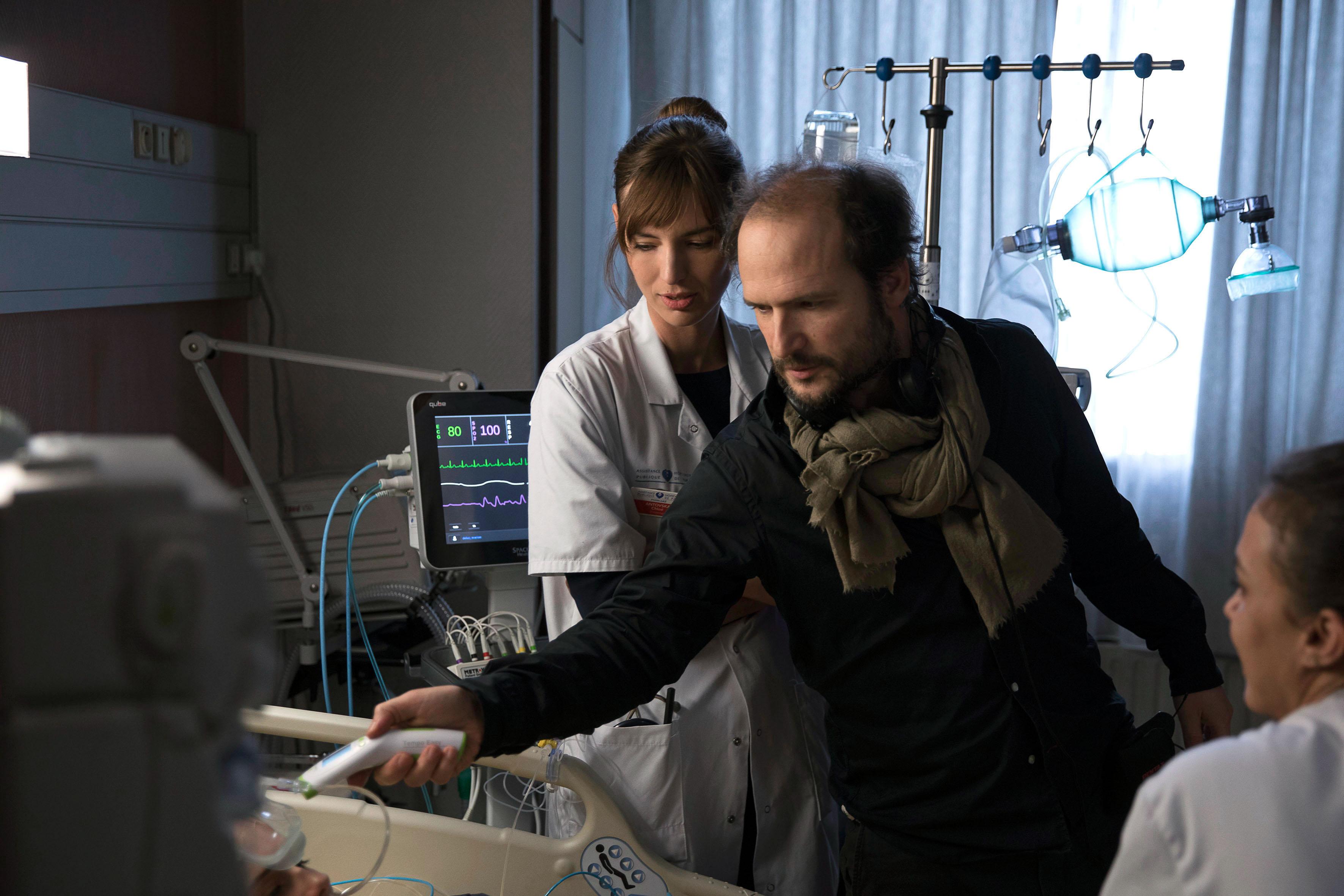 Le réalisateur de la série, Thomas Lilti, donnant des indications aux acteurs. © Denis Manin / 31 Juin Films / Canal+