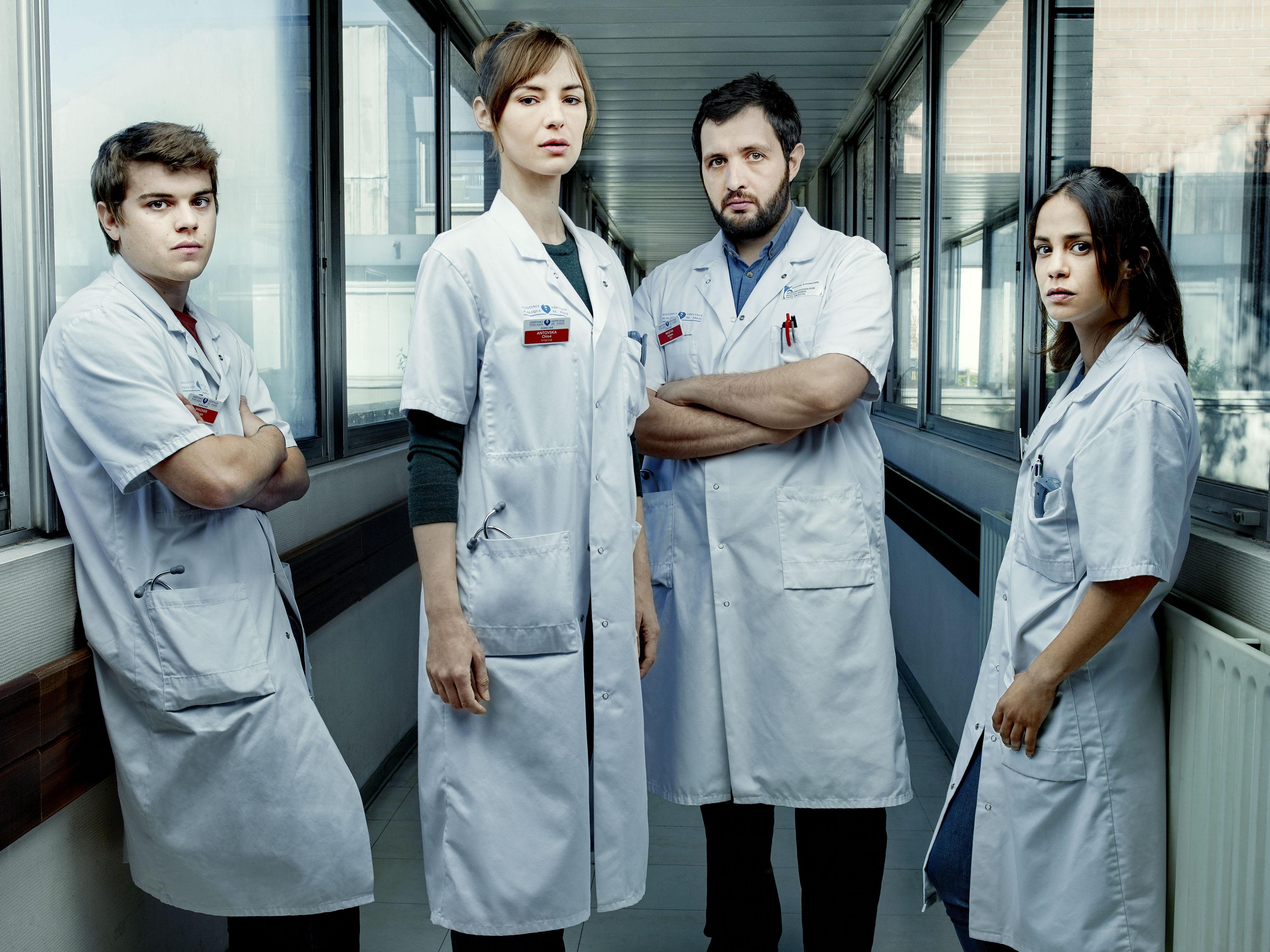 De gauche à droite : Zacharie Chasseriaud (Hugo Wagner), Louise Bourgoin (Chloé Antovska), Karim Leklou (Arben Bascha) et Alice Belaïdi (Alyson Lévêque). © Denis Rouvre / Canal+