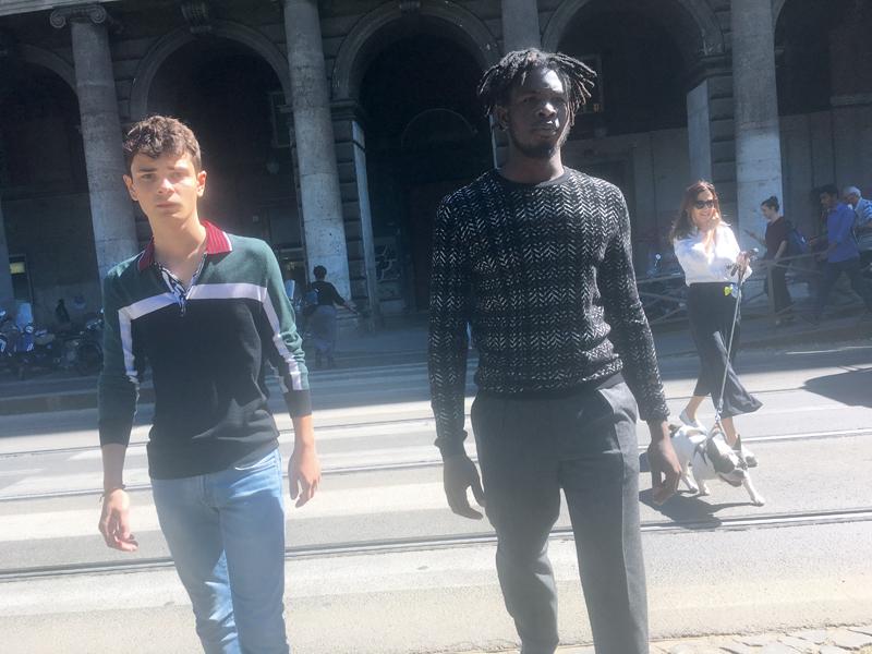 À droite : pull en laine et cachemire, et pantalon en drap de laine, Giorgio Armani.