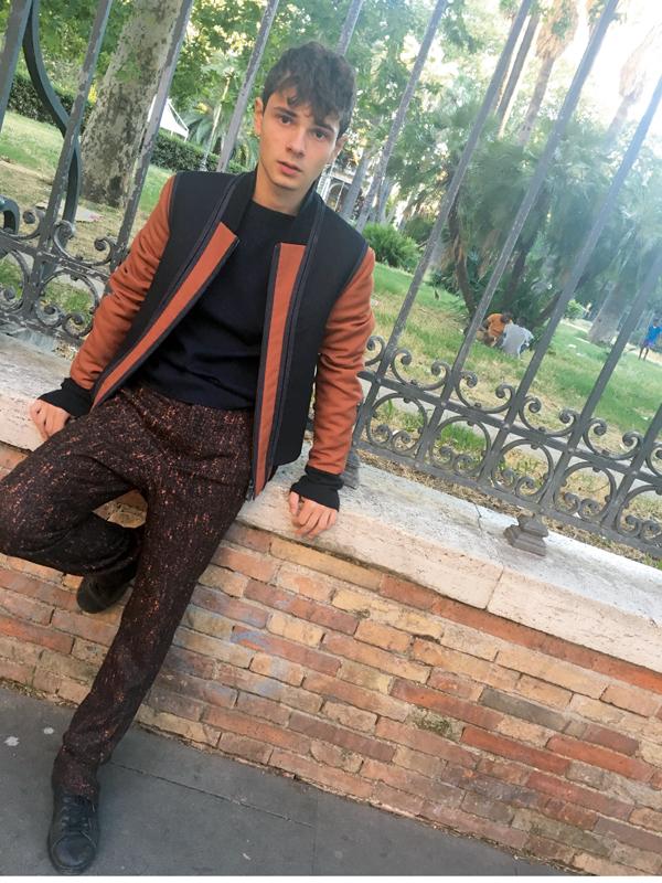 Blouson en laine et cuir, pull en cachemire et pantalon en tweed de laine, Ermenegildo Zegna Couture. Sneakers, Nike.