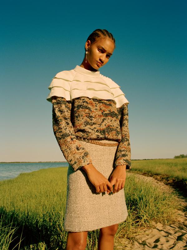 Blouse en soie rebordée de sequins, jupe en lamé et soie, ceinture et boucle d'oreille, LOUIS VUITTON.