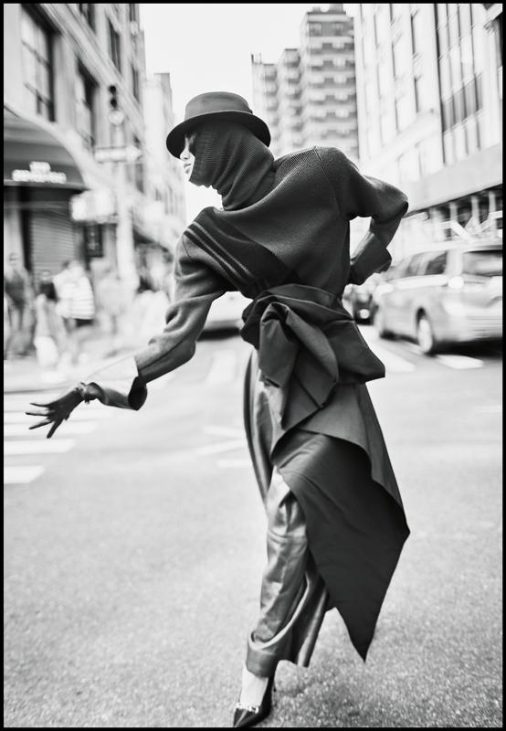 Pull et écharpe en laine et velours, pantalon et gants en cuir, ceinture drapée et chapeau, MARC JACOBS. Escarpins, ALEXANDER WANG.