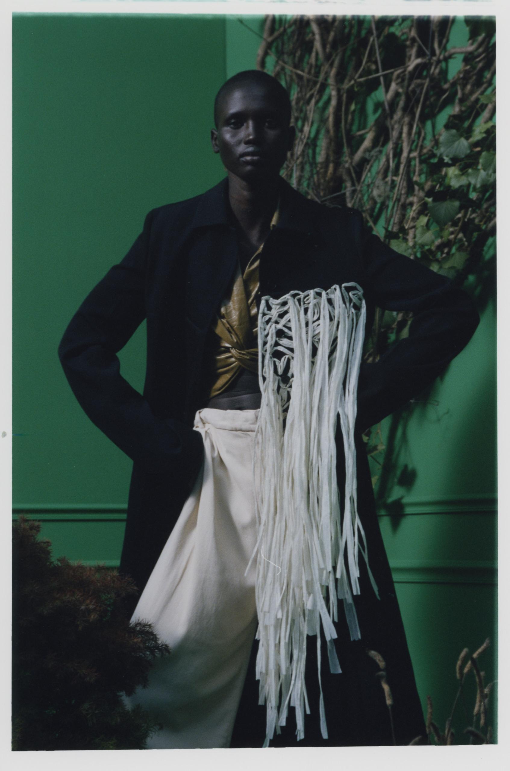Haut en cuir et pantalon en coton, DROME. Manteau en laine à plastron en raphia, JIL SANDER.