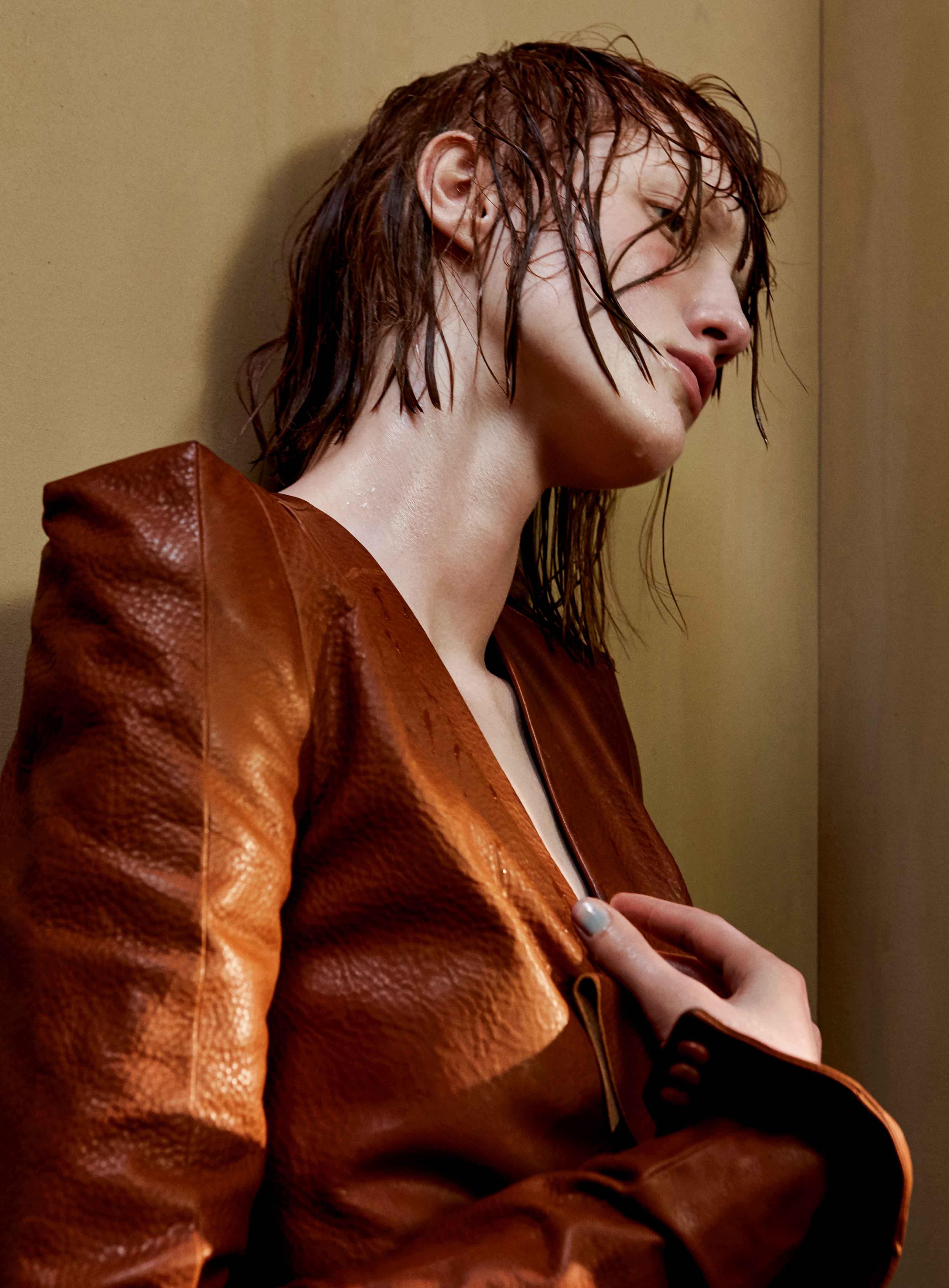 Robe en cuir à épaules carrées, SAINT LAURENT PAR ANTHONY VACCARELLO.