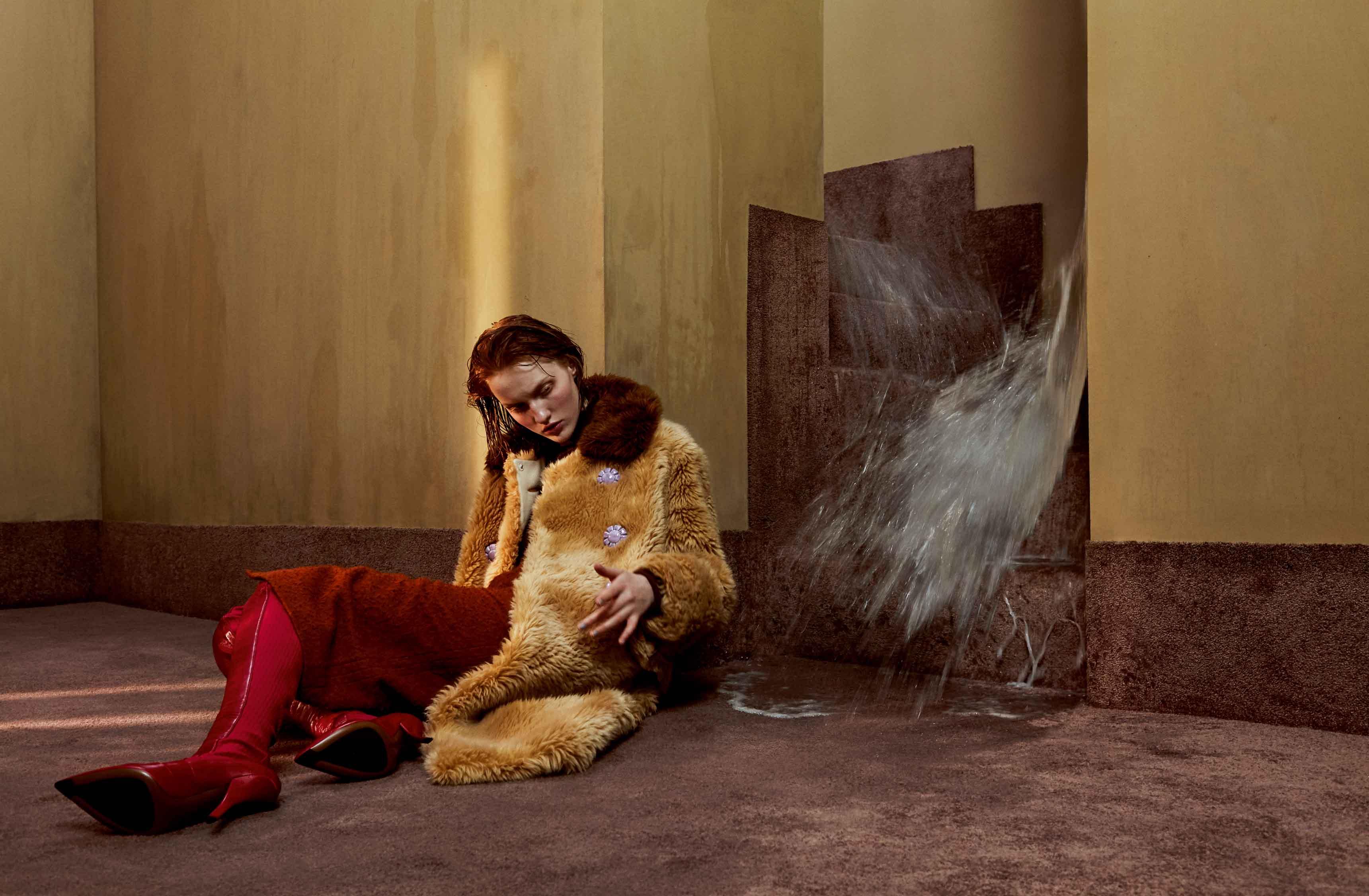 Manteau en fausse fourrure, MIU MIU. Jupe en laine et soie, MARNI. Cuissardes, NINA RICCI.