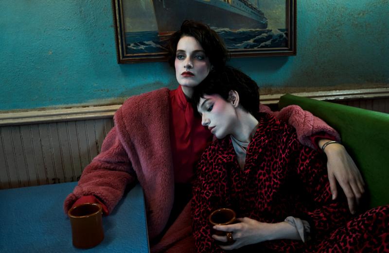 Manteau en fausse fourrure et blouse en soie, MAX MARA. Montre vintage. Veste et pantalon en velours imprimé léopard et blouse en soie, DSQUARED2.