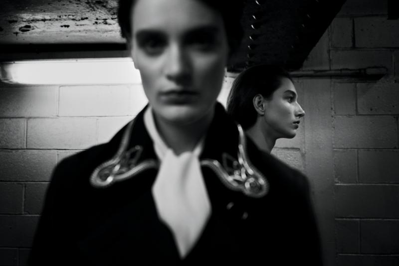 Manteau en laine et soie mélangées à col rebrodé de chaînes, et blouse en soie, LOUIS VUITTON.