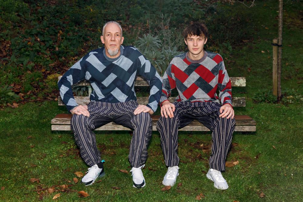 À gauche et à droite : pulls en coton éponge et pantalons en viscose et lin, Giorgio Armani. Baskets, Nike. Bijoux personnels.