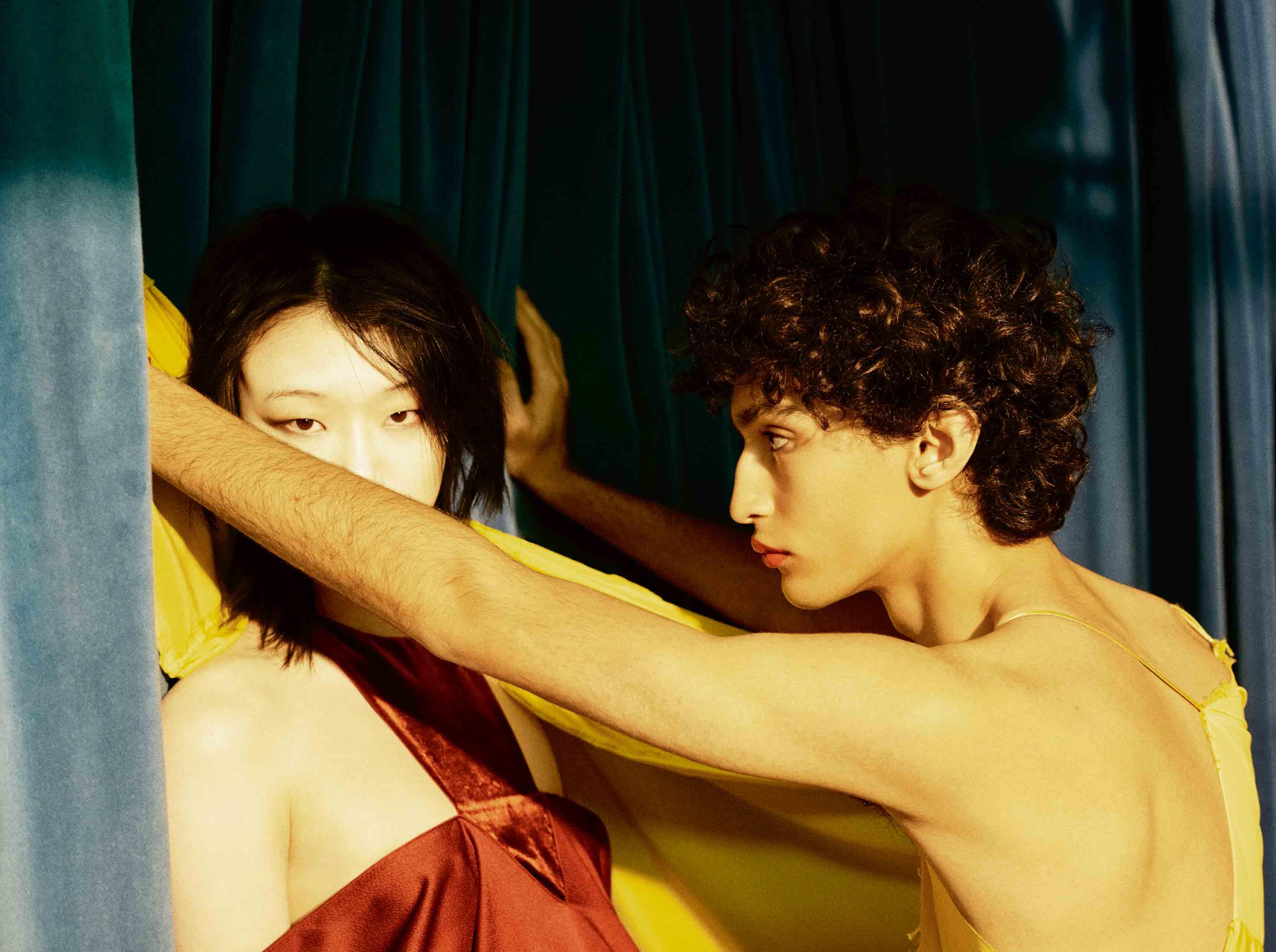Elle : robe en soie et velours, VALENTINO. Lui : robe drapée en soie, BALENCIAGA.