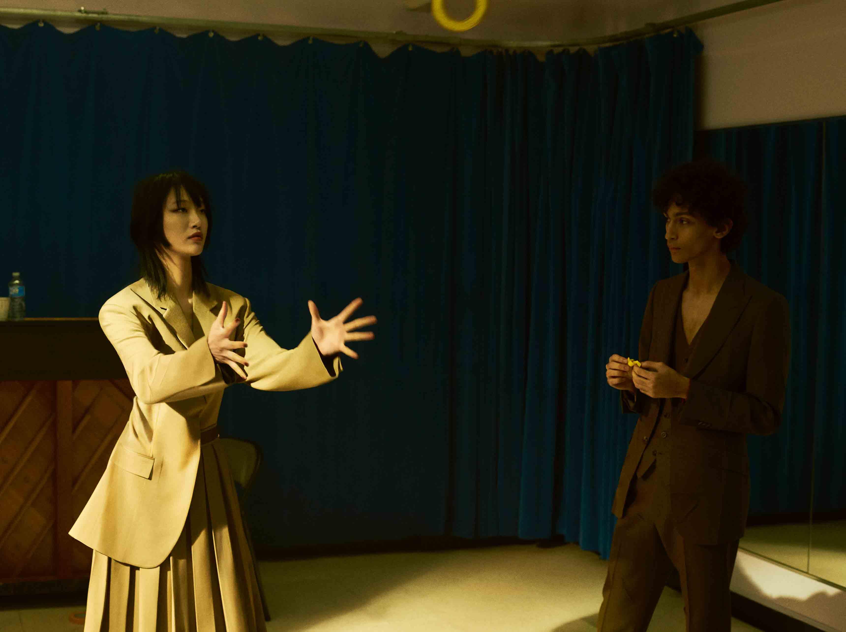 Elle : veste et jupe plissée en gabardine de laine, CÉLINE. Lui : costume trois pièces en mohair, GUCCI.