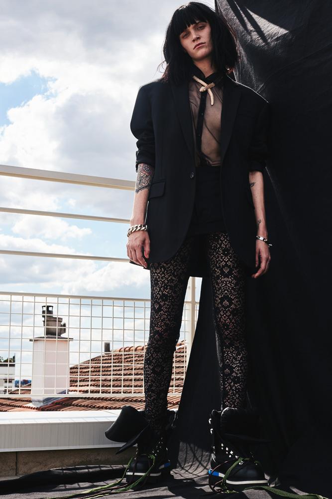 """Veste et minijupe en coton, et chaussures, DSQUARED2. Chemise en tulle et legging, INTIMISSIMI. Collier """"Serpenti"""" en or rose et diamants, BVLGARI. Bracelet (à gauche), ABRAXAS. Bracelet (à droite), MÉTAMORPH'OSE / PHYLÉA"""