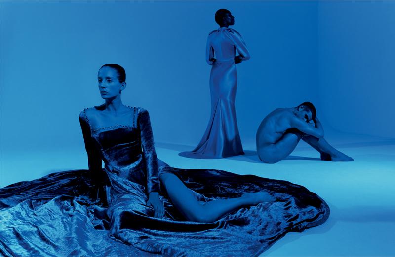 Premier plan : robe en velours de soie et tulle illusion parsemé de cristaux, GEORGES HOBEIKA HAUTE COUTURE. Arrière-plan : robe en satin double, SCHIAPARELLI HAUTE COUTURE.
