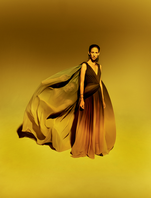 Robe longue en mousseline de soie dégradée à manches longues à effet cape, ELIE SAAB HAUTE COUTURE.