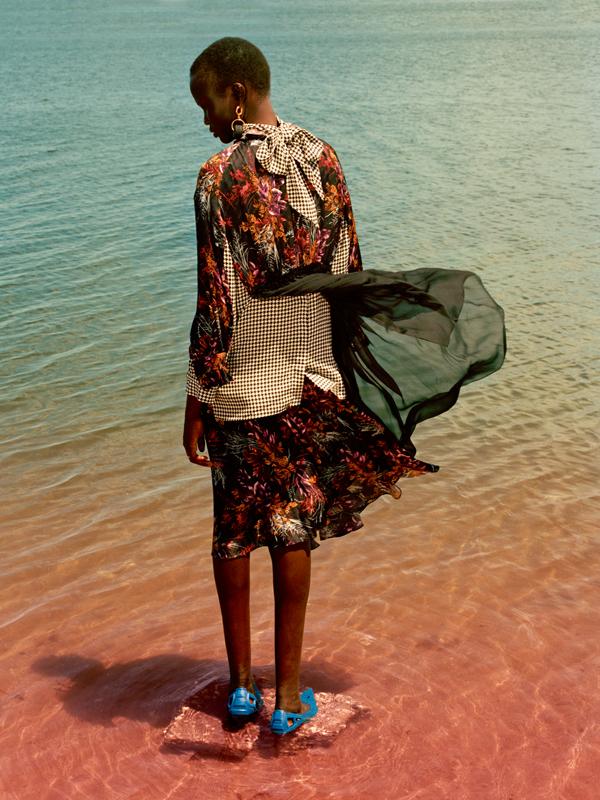 Robe double en soie imprimée et blouse en soie imprimée piedde-poule, boucles d'oreilles et escarpins, BALENCIAGA.