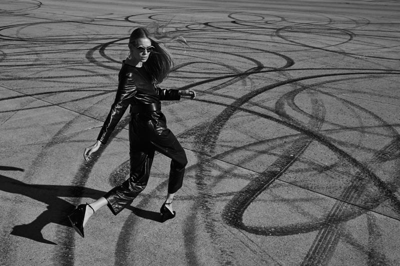 Combinaison et ceinture en cuir, CHANEL. Escarpins, VALENTINO. Lunettes de soleil, LOUIS VUITTON.