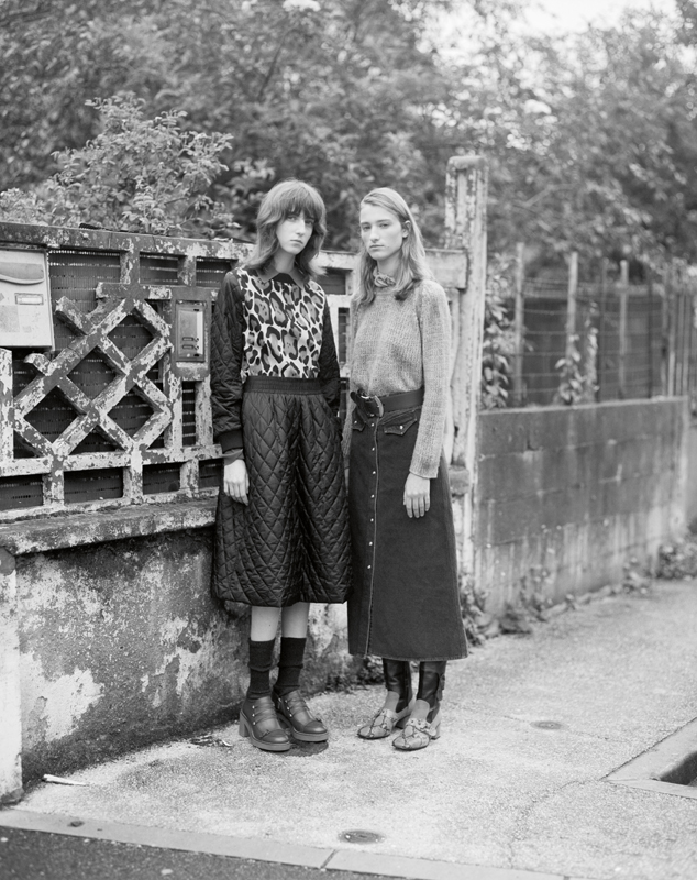 To the left : top and quilted skirt, TELA. Socks, CALZEDONIA. Shoes, GEOX. To the right : cashmere' pull, AVANT TOI. Denim' skirt, NANUSHKA. Belt, MIU MIU. Boots, COACH 1941.
