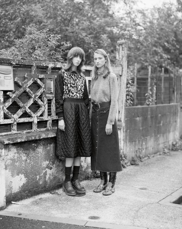 A gauche : haut et jupe matelassée en coton mélangé, TELA. Chaussettes, CALZEDONIA. Chaussures, GEOX. À droite : pull en cachemire, AVANT TOI. Jupe en denim, NANUSHKA. Ceinture, MIU MIU. Bottes, COACH 1941.