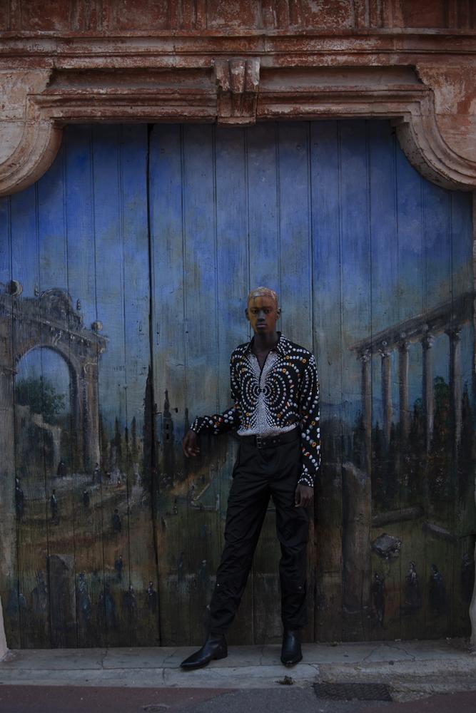 Chemise en soie brodée à la main, pantalon en gabardine de coton, ceinture et bottes, Givenchy.