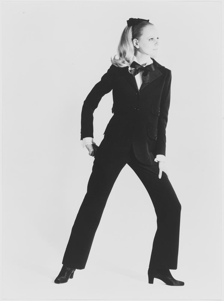 Premier smoking porté par Ulla. Collection haute couture automne-hiver 1966-1967. Photographie : Gérard Pataa. © Musée Yves Saint Laurent Paris/Gérard Pataa - DR.