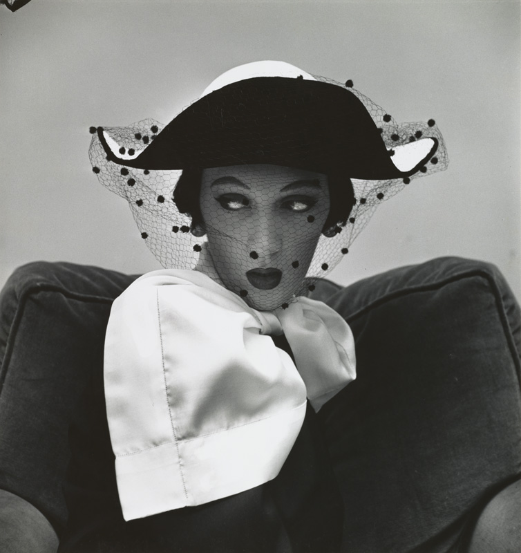 Spanish Hat by Tatiana du Plessix (Dovima), New York, 1949. Épreuve gélatino-argentique, 39,7 x 37,5 cm.