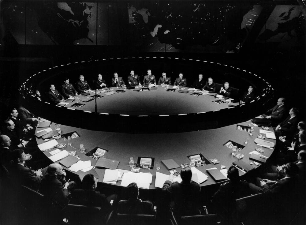 """""""Docteur Folamour"""" (1963-64), réalisé par Stanley Kubrick. La table de conférence dans la """"War Room"""". © Sony/Columbia Pictures Industries Inc."""