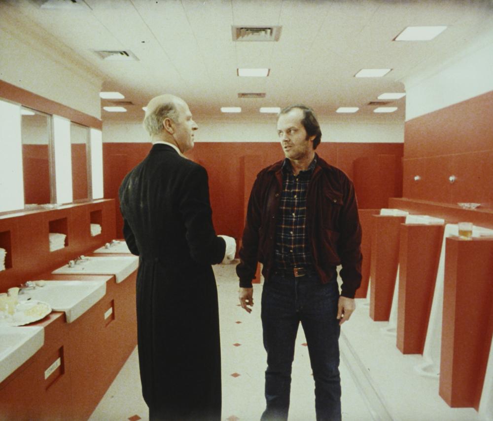 """Philip Stone et Jack Nicholson sur le tournage de """"The Shining"""" (1980), réalisé par Stanley Kubrick. © Warner Bros. Entertainment Inc."""