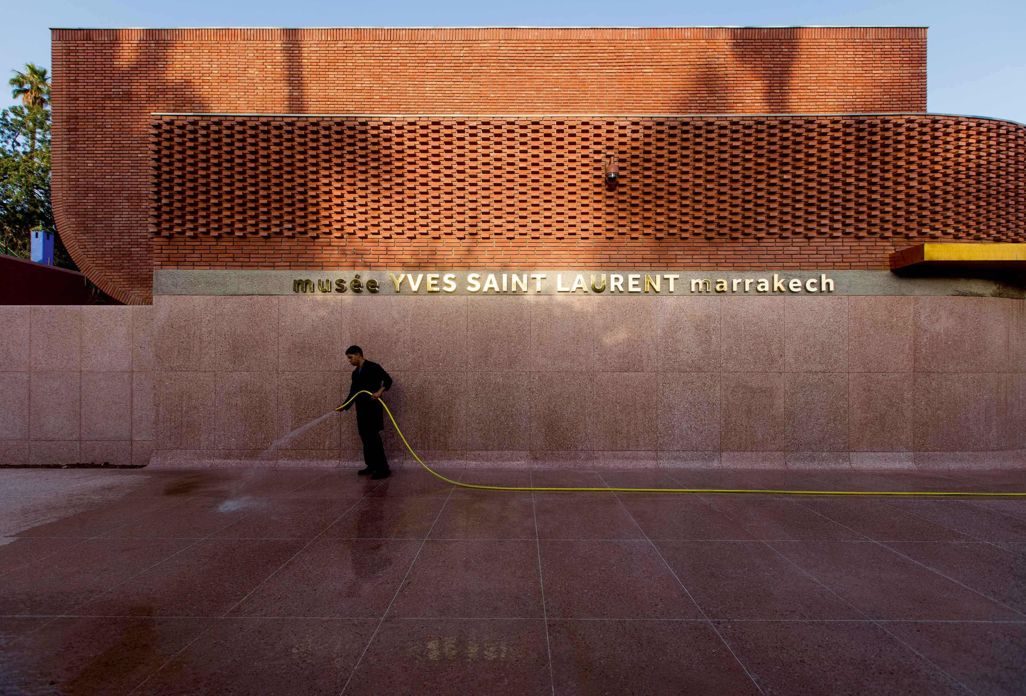Situé à proximité du jardin Majorelle, le musée Yves Saint Laurent de Marrakech accueille un espace d'exposition permanente, voyage au cœur des inspirations du couturier, une salle d'exposition temporaire, une bibliothèque, un auditorium, une librairie et un café.